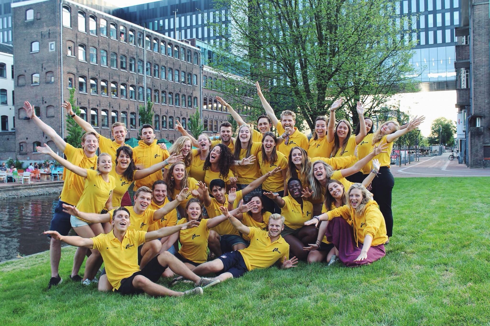 gefilterd-groep-gele-shirts